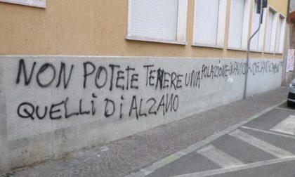 La rabbia sui muri di Alzano: «Non potete tenerci nel panico. Tamponi per tutti»
