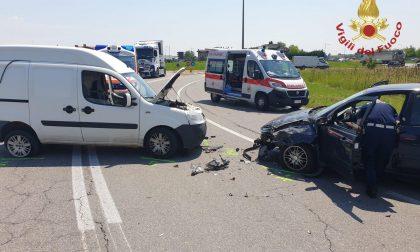 Frontale tra furgoncino e automobile lungo la Provinciale: nessun ferito grave