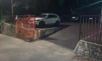 Rimuovono la recinzione e parcheggiano nel cantiere a San Vigilio. L'ira di Brembilla