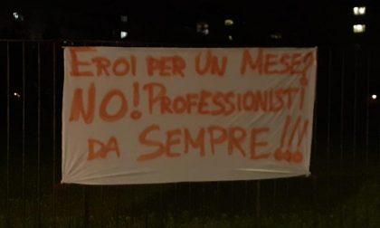La protesta degli infermieri con striscioni al Papa Giovanni: «Non dimenticatevi di noi»