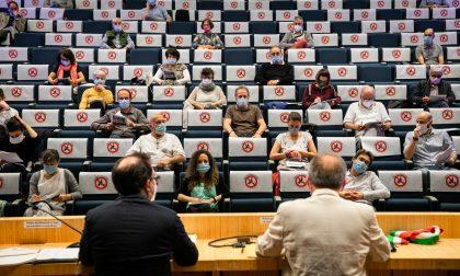 Nembro, il Consiglio (in teatro) rilancia le attività commerciali con aiuti e spazi