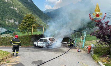 L'auto prende fuoco improvvisamente, l'autista è illeso. Sul posto i vigili del fuoco