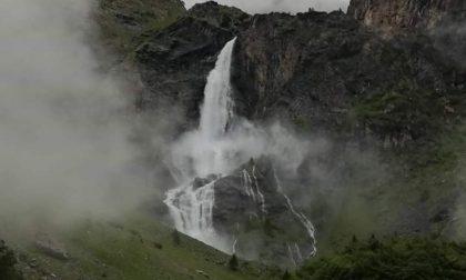 Troppa pioggia, Cascate del Serio aperte fuori programma: il pazzesco video del triplice salto