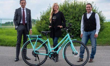 Federica Panicucci ha scelto una bicicletta elettrica Bianchi (l'ha ritirata a Treviglio)
