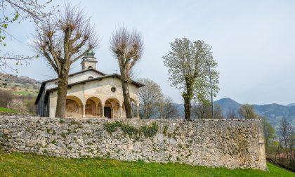 Casnigo non si ferma: alla Ss. Trinità messe e visite guidate, in paese si gusta la chesciöla
