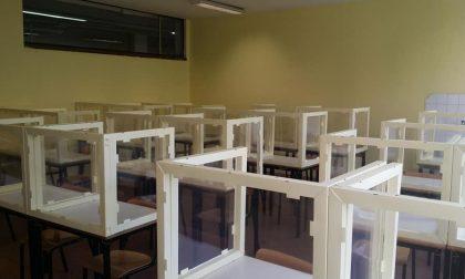 """I banchi con schermi in plexiglas """"anti-Covid"""" montati al Liceo Manzù fanno discutere"""