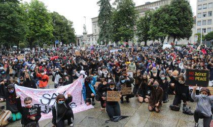 In ginocchio contro il razzismo: le foto del presidio in piazza Matteotti (c'erano un sacco di giovani)