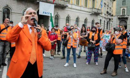 Gilet arancioni in centro a Bergamo, la Questura ha già identificato diversi partecipanti