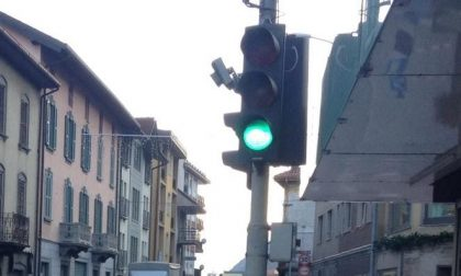 Code infinite al semaforo di Casazza. E multe a chi tenta di «evitarlo»