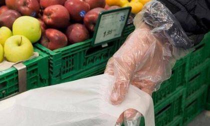 I guanti? Per l'Oms sono veicolo del virus. Meglio non indossarli, nemmeno al supermercato