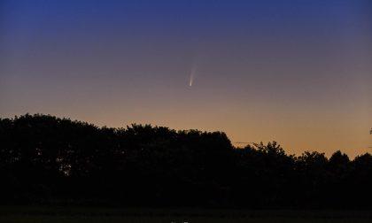 La bellissima foto di Mirko Pizzaballa che ha immortalato la cometa Neowise sopra Bergamo