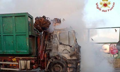 Paura a Treviolo: un camion ha preso fuoco lungo la Villa d'Almè-Dalmine