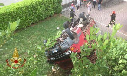 Zogno, camion esce di strada, fa un volo di otto metri e cade nel giardino di una casa