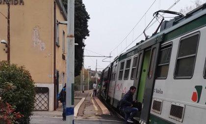 Sul Bergamo-Lecco senza biglietto, aggredisce capotreno e spacca i finestrini a sassate