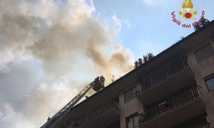 A fuoco il tetto di un palazzo nel centro di Bergamo. Fortunatamente nessun ferito