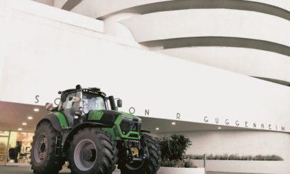 Cosa ci fa un trattore Same davanti al Guggenheim di New York?