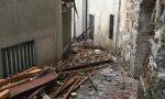 Vola un tetto a Cirano di Gandino, gravi danni a una casa vacanze ed eternit ovunque