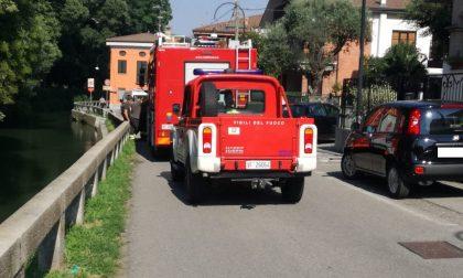 Spinge (per errore) la moglie nel Naviglio, salvata dai Vigili del fuoco