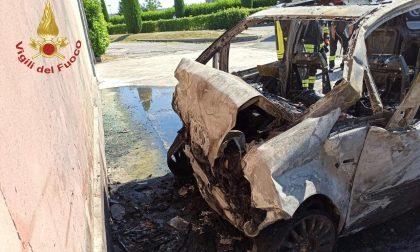 Auto a Gpl prende fuoco dopo l'incidente, pompieri al lavoro