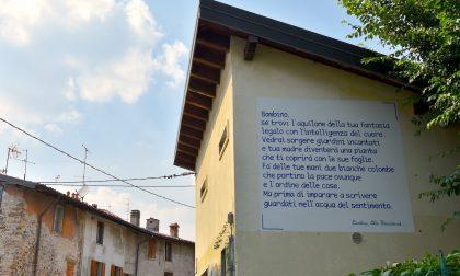 """Sul muro di un edificio di Paladina è comparsa la poesia """"Bambino"""" di Alda Merini"""