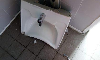 Scanzorosciate, devastati i bagni pubblici. E il sindaco si arrabbia