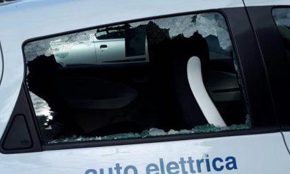 Sfondato il vetro dell'auto elettrica del Comune: l'amarezza del sindaco Bonzi