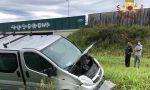Finisce fuori strada con il furgone a Stezzano e travolge una cabina dell'illuminazione