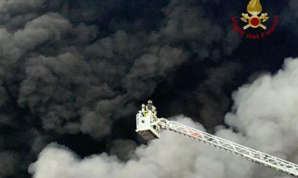Nove mezzi bruciati, capannone distrutto e famiglie evacuate: i danni dell'incendio a Costa di Mezzate