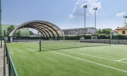 Torneo illegale al centro sportivo con oltre 600 persone: risse, nessuna distanza e anche un mercatino abusivo