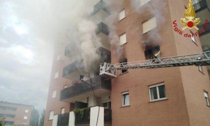 Scoppia un incendio in un appartamento alla Celadina, persona salvata dai pompieri