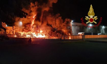 Terribile incendio in una ditta a Costa di Mezzate, tutto distrutto e nube nera su città e Val Seriana