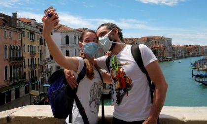 Torna l'obbligo delle mascherine anche all'aperto dalle 18 alle 6, in spazi pubblici e locali