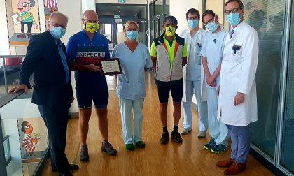 Lo straordinario viaggio in bici dei due amici per dire grazie agli ospedali tedeschi