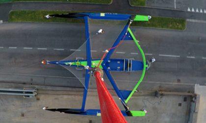 Il video e le foto dell'avveniristico trimarano che si alza nel cielo di Nembro