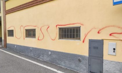Vandali in azione a Fornovo San Giovanni: imbrattate alcune case del centro storico
