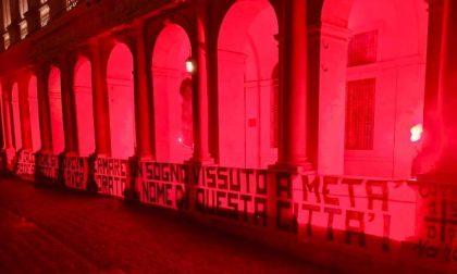 Striscione della Curva in Piazza Vecchia: «Grazie Atalanta, ma il calcio doveva fermarsi»