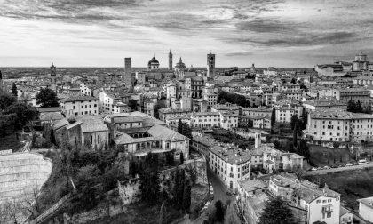 Cento scatti in bianco e nero per scoprire Bergamo dall'alto: l'omaggio di Alex Persico