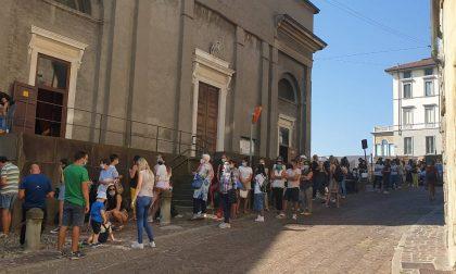 Tutti in fila per il mercatino di Michelle Hunziker