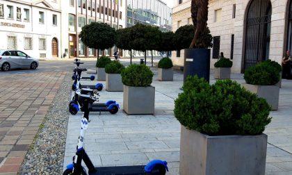 Monopattini parcheggiati davanti al Credito Bergamasco. Piazzoli: «Degrado urbano 2.0»