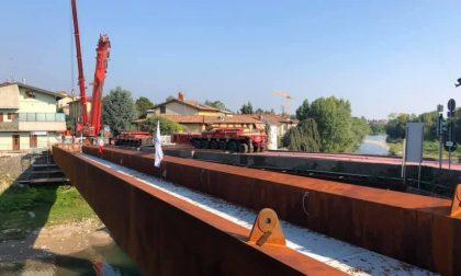 Gorle, posata la passerella in acciaio accanto al ponte dei romani
