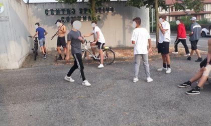 Follia a San Paolo d'Argon: ultras minorenni minacciano gli avversari con i bastoni all'uscita dal campo