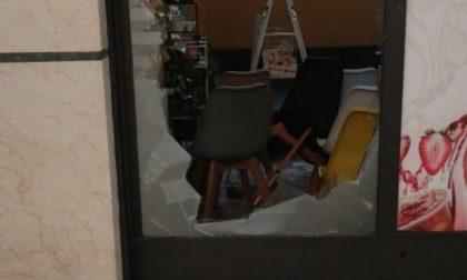 Spaccata nella notte in un bar della Galleria Fanzago: vetrina in pezzi e 800 euro rubati