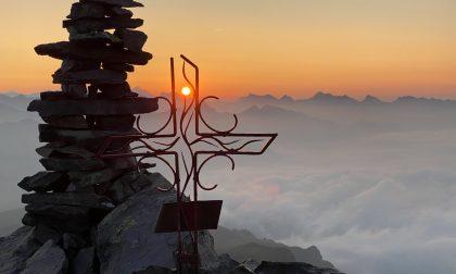 La montagna ribaltata di Maurizio Agazzi: sale di notte e aspetta l'alba