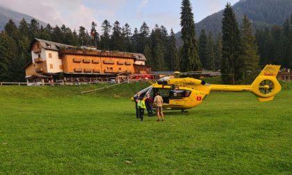 Cade per 200 metri di fronte alla moglie: morto 71enne