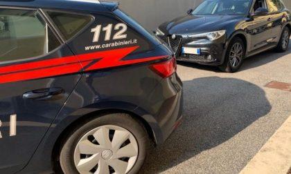 Fugge all'alt, in auto 18 mila euro e uno sfollagente: arrestato un 38enne pregiudicato