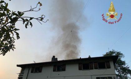 Casa in fiamme all'ora di cena: bruciati più di 150 metri quadrati di tetto