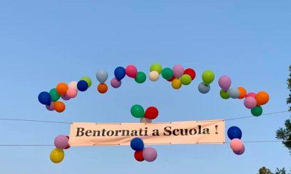 """Un """"Bentornati a scuola"""" tra palloncini, tricolori e regali. Grazie agli Alpini"""