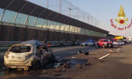 Automobile si ribalta e prende fuoco lungo la A4: lunghe code in direzione Milano