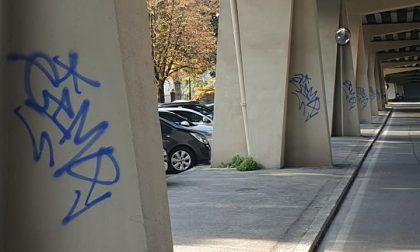 Graffiti sui piloni del viadotto rimessi a nuovo. Brembilla: «L'idiozia non ha limiti»