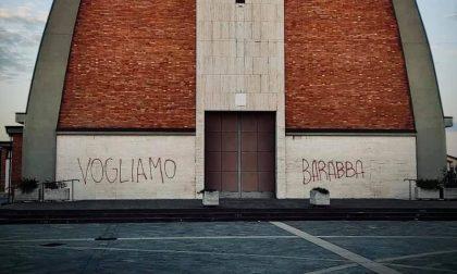 Lurano, chiesa vandalizzata con citazione evangelica: «Vogliamo Barabba»